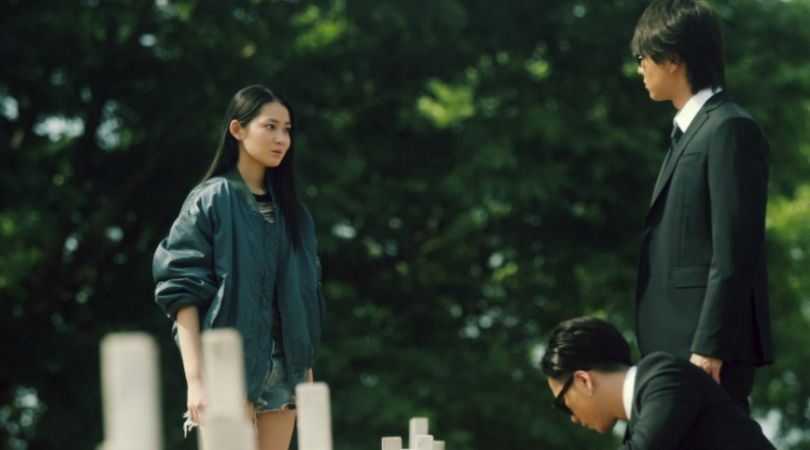 両親の墓に謎の女性が現れる